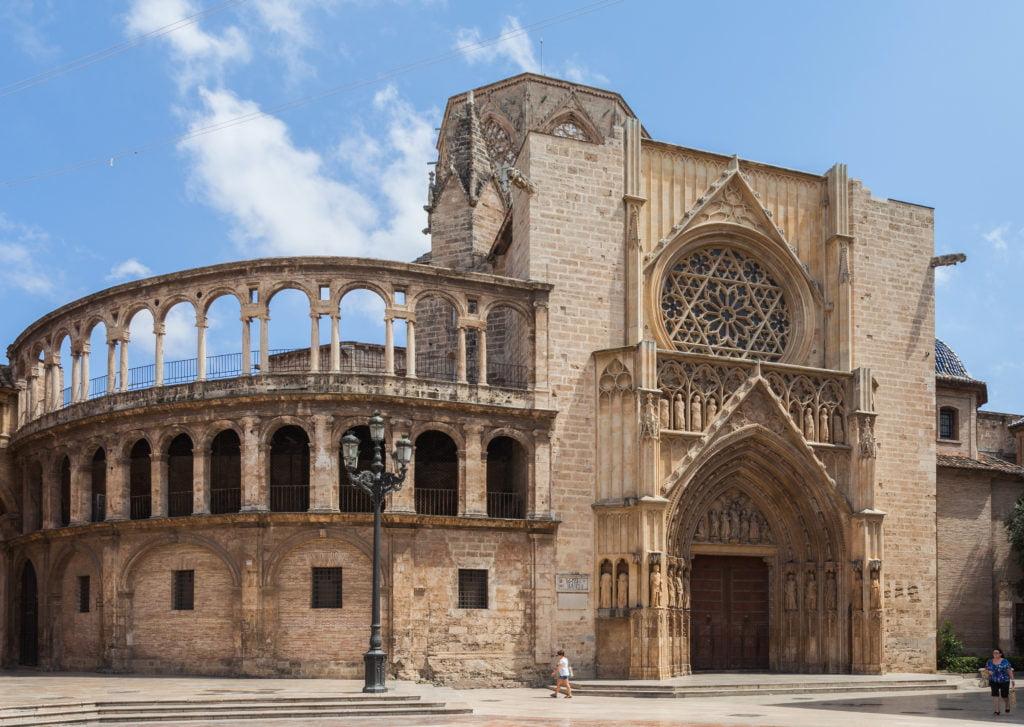 La puerta principal de la catedral de Valencia.