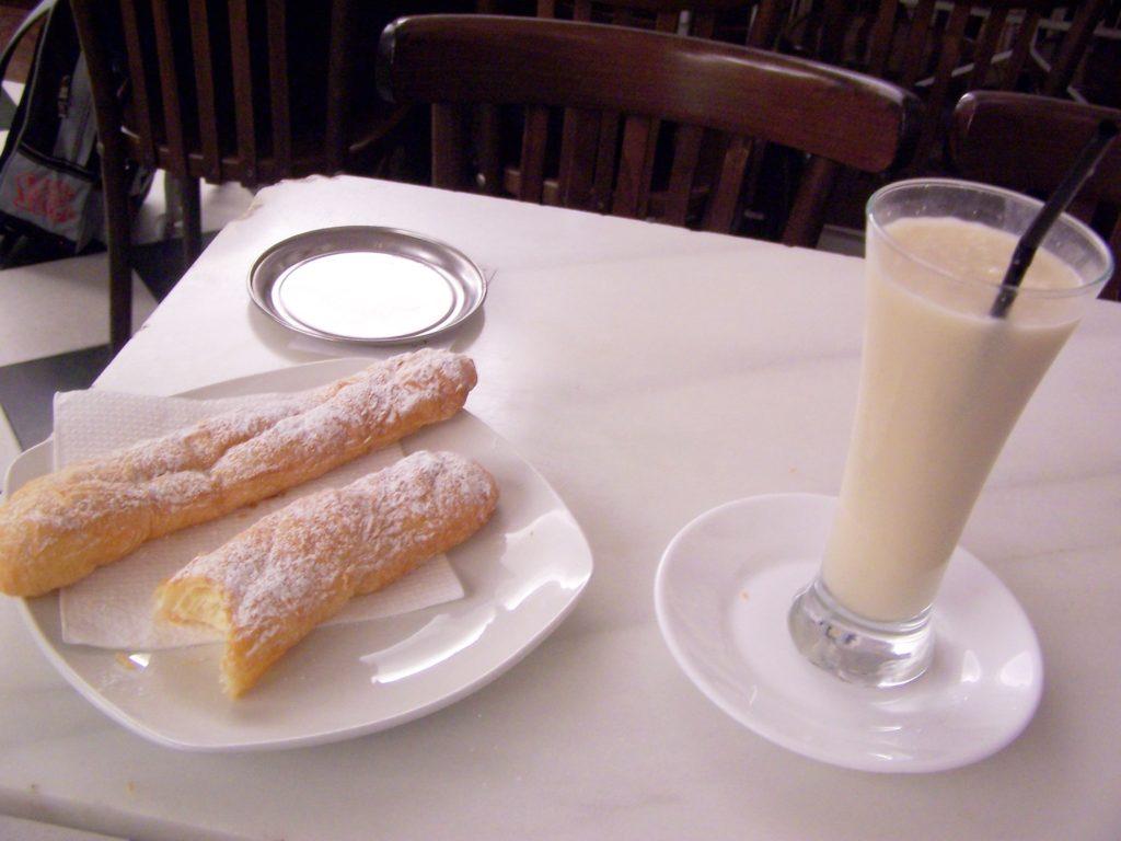 Horchata y fartons, merienda obligatoria en Valencia.